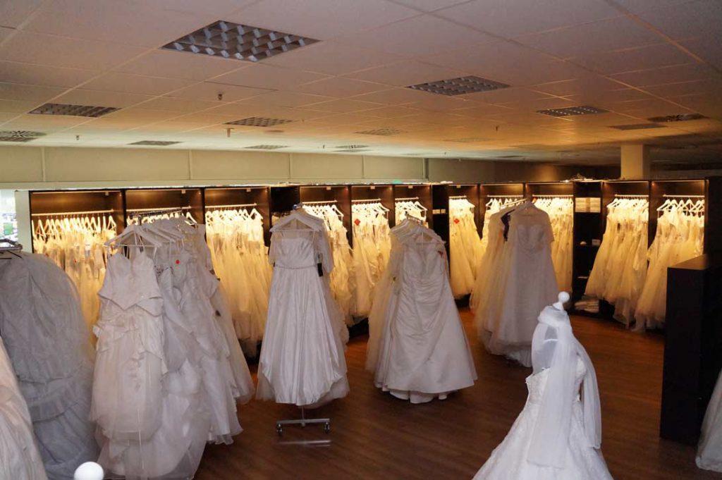 Innenansicht von der Braut Abteilung Geschäft Amazing Dress