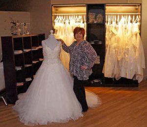 Renate Strandt beim vorführen eines Brautkleid
