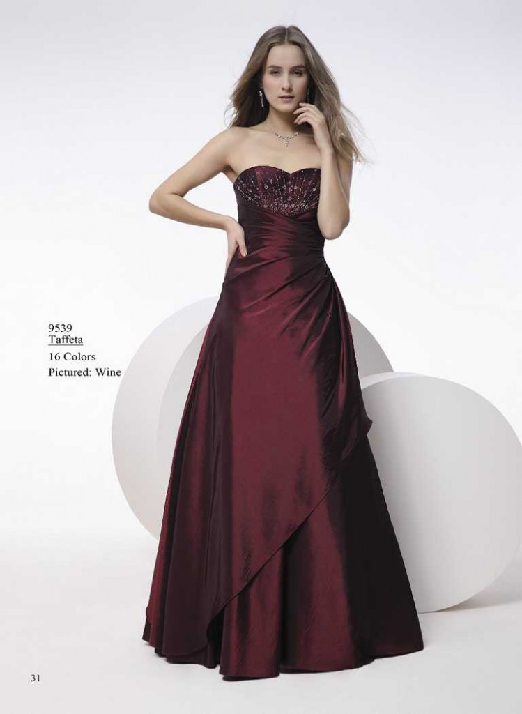 Abendkleid im dunklen rot