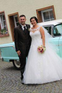 Brautpaar Anna und Tim vor dem Oldtimer