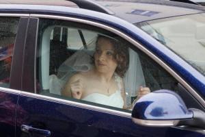 Braut-Ramona im Auto bei amazing-dress