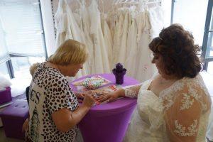 Braut Sabine beim Nägelmachen