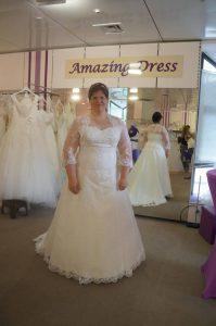 Hochzeits Braut Sandra vor dem großen Spiegel