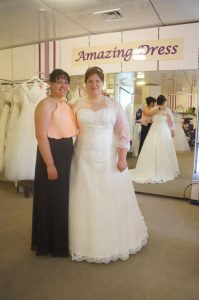Braut Sandra mit Freundin