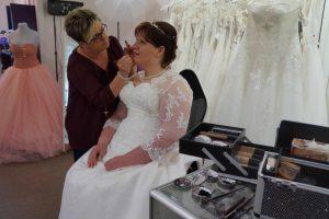 Die Braut Sanda beim letztem Schminken