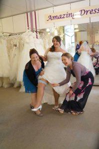 Hochzeits Braut Tania beim anlegen des Strumpfband