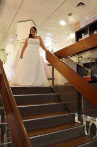 Tania die Braut beim Treppenabgang