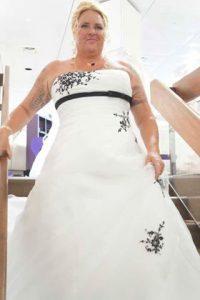 Hochzeits Braut Uta beim Treppenabgang