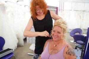Braut Uta beim Haare machen