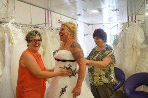 anziehen von de Braut Uta