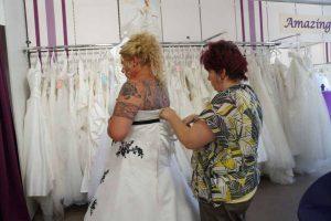 letzte Schnürung des Hochzeitskleides
