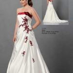 Brautkleid mit roten Stickereien