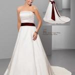 Brautkleid mit rotem gürtel