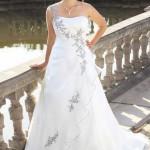 Brautkleid mit bunten Stickereien