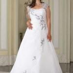 Brautkleid mit farbigen Stickereien
