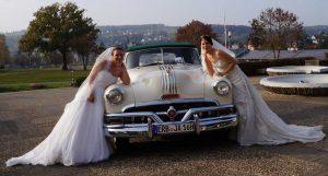 2 Braut Model vor Oldtimer