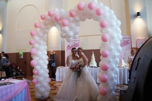 2 Braut Models unter Herz Luftballons