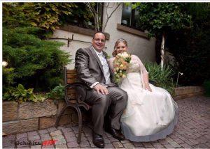 Brautpaar sahra_stephan auf der bank