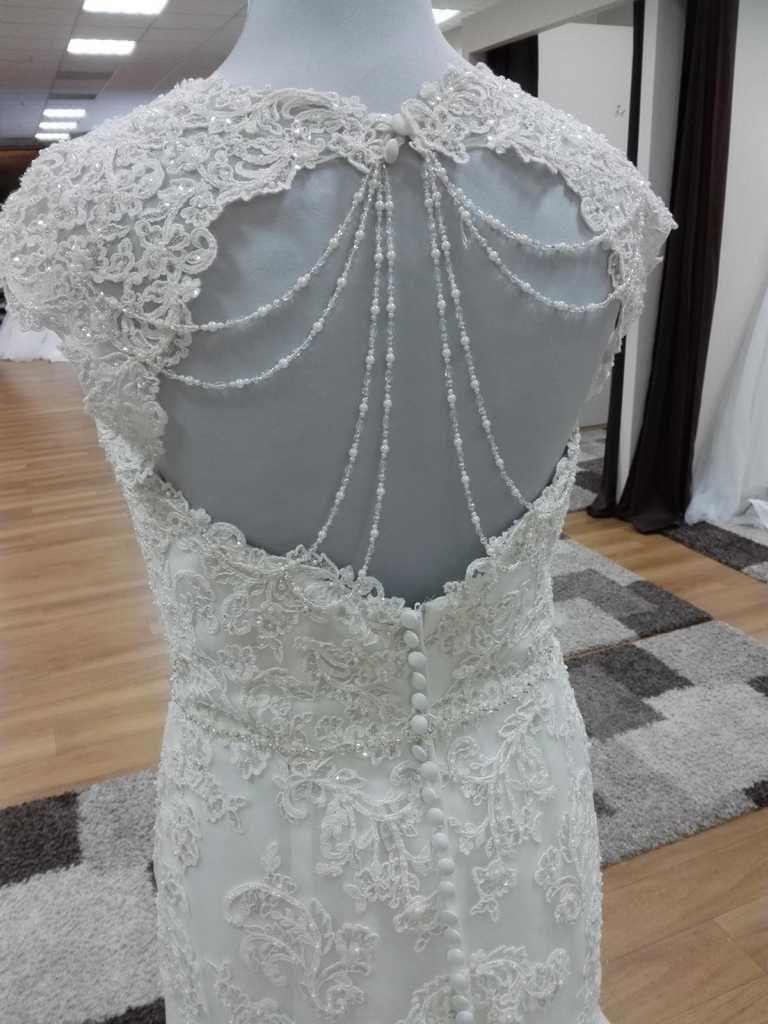 Brautkleid mit Spitze und Schlüsselloch Rücken Aktueller Preis 1599.-€ Rabatt Preis 1119,30 €