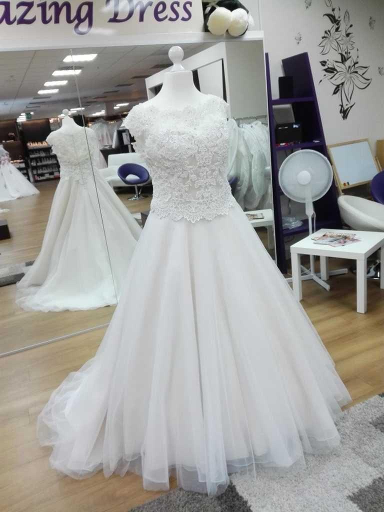 Brautkleid in Ivory mit Spitze und Taftrock