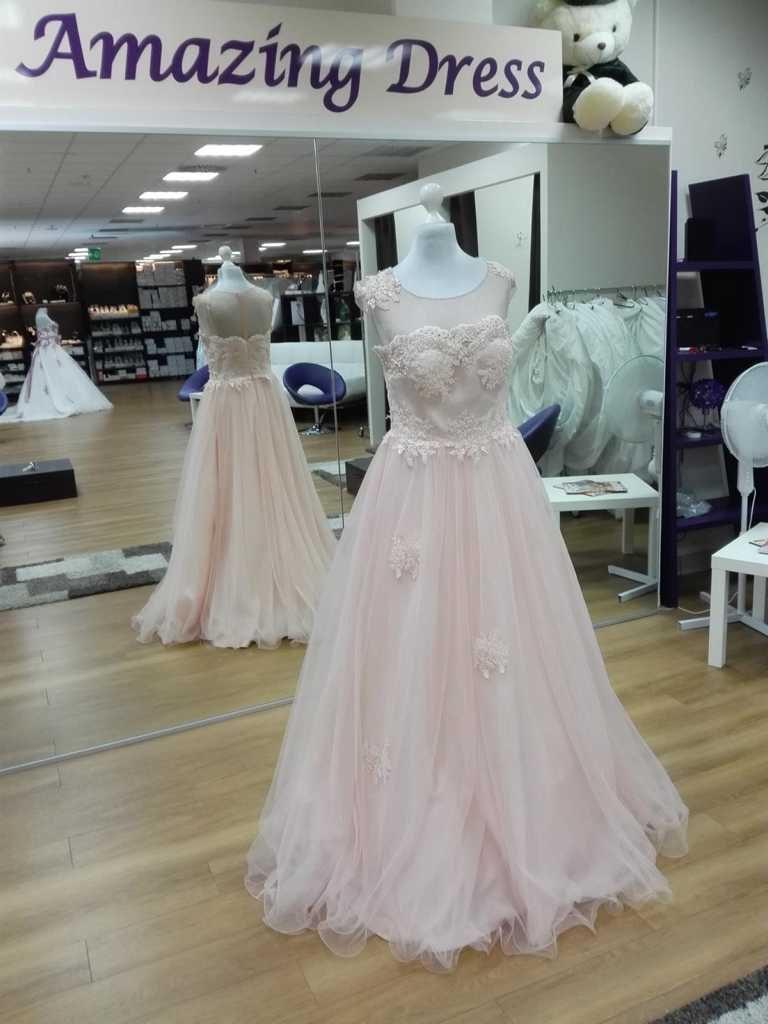 Brautkleid in Rosa mit Perlen und Tüll