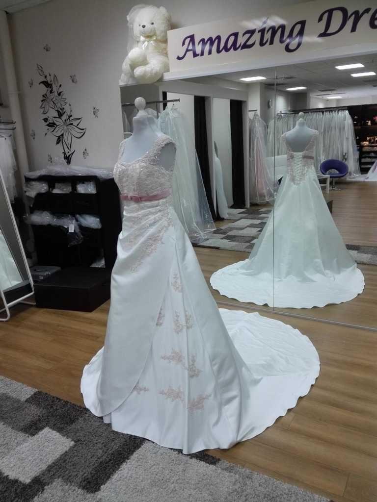 Brautkleid mit Gürtel und viel Spitze
