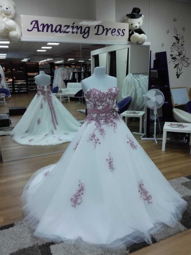 Brautkleid mit Lila Spitzen auf dem Kleid