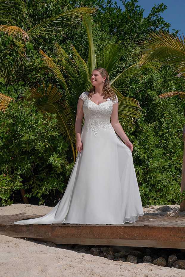 Brautkleid von Amelie vor der Palme